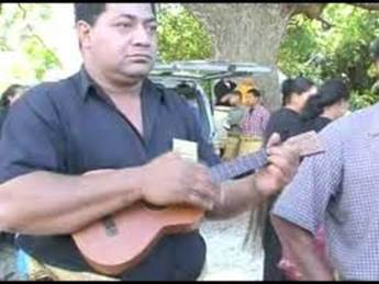 Men don't juggle in Tonga oddly enough. It's woman's play. Men do play the instruments for the Hiko though, usually Ukelele and drums.